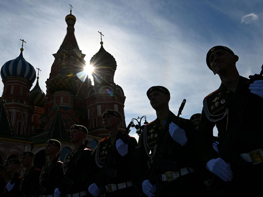 TOPSHOT - Russian servicemen stand at attention in front of St. Basil's cathedral at Red Square in Moscow on May 7, 2021, before a rehearsal for the Victory Day military parade. - Russia will celebrate the 76th anniversary of the victory over Nazi Germany during World War II on May 9. (Photo by Kirill KUDRYAVTSEV / AFP)