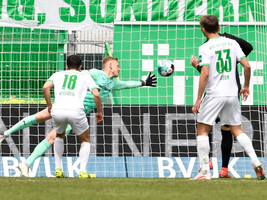 08.05.2021 --- Fussball --- Saison 2019 2020 --- 2. Fussball - Bundesliga --- 31. Spieltag: SpVgg Greuther Fürth ( Kleeblatt ) - Karlsruher SC Karlsruhe KSC --- Foto: Sport-/Pressefoto Wolfgang Zink / WoZi --- DFL REGULATIONS PROHIBIT ANY USE OF PHOTOGRAPHS AS IMAGE SEQUENCES AND/OR QUASI-VIDEO --- Philipp Hofmann (33, Karlsruher SC KSC ) erzielt Treffer Tor Torschuß zum 0:1 gegen Sascha Burchert (30, SpVgg Greuther Fürth ) -