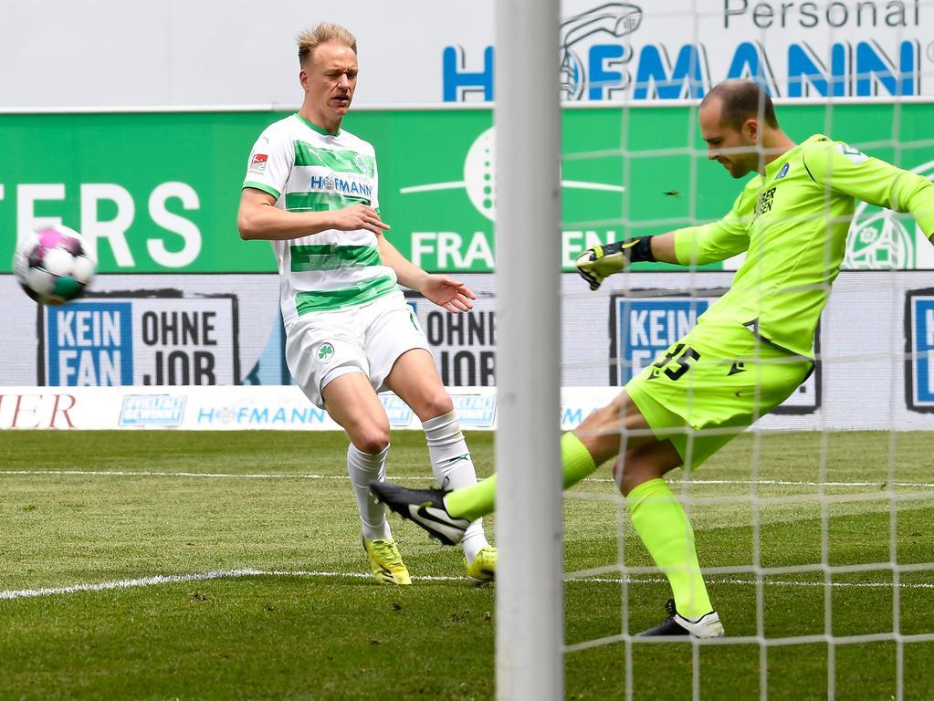 08.05.2021 --- Fussball --- Saison 2019 2020 --- 2. Fussball - Bundesliga --- 31. Spieltag: SpVgg Greuther Fürth ( Kleeblatt ) - Karlsruher SC Karlsruhe KSC --- Foto: Sport-/Pressefoto Wolfgang Zink / WoZi --- DFL REGULATIONS PROHIBIT ANY USE OF PHOTOGRAPHS AS IMAGE SEQUENCES AND/OR QUASI-VIDEO --- Havard Nielsen (16, SpVgg Greuther Fürth ) Marius Gersbeck (35, Karlsruher SC KSC )