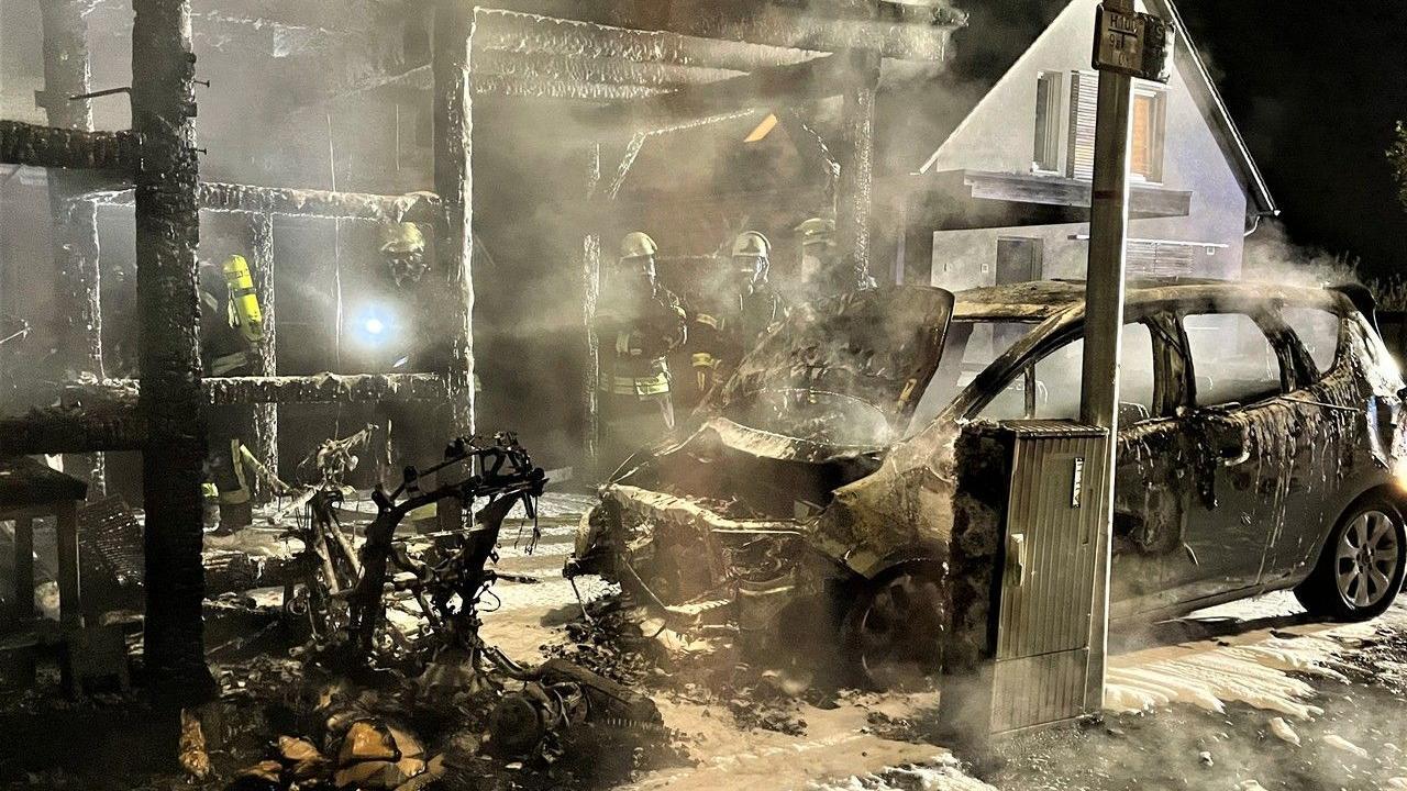 Sowohl das Carport als auch das Auto brannten völlig aus.