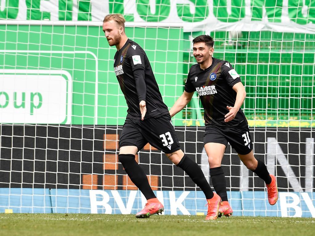 08.05.2021 --- Fussball --- Saison 2019 2020 --- 2. Fussball - Bundesliga --- 31. Spieltag: SpVgg Greuther Fürth ( Kleeblatt ) - Karlsruher SC Karlsruhe KSC --- Foto: Sport-/Pressefoto Wolfgang Zink / WoZi --- DFL REGULATIONS PROHIBIT ANY USE OF PHOTOGRAPHS AS IMAGE SEQUENCES AND/OR QUASI-VIDEO --- Torjubel Jubel Freude nach Treffer Tor Torschuß zum 0:1 durch Philipp Hofmann (33, Karlsruher SC KSC ) - Philipp Hofmann (33, Karlsruher SC KSC ) Malik Batmaz (31, Karlsruher SC KSC )