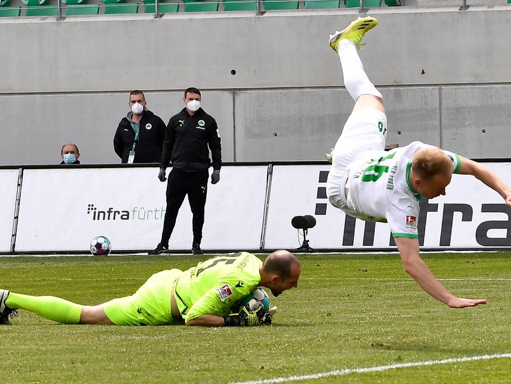 08.05.2021 --- Fussball --- Saison 2019 2020 --- 2. Fussball - Bundesliga --- 31. Spieltag: SpVgg Greuther Fürth ( Kleeblatt ) - Karlsruher SC Karlsruhe KSC --- Foto: Sport-/Pressefoto Wolfgang Zink / WoZi --- DFL REGULATIONS PROHIBIT ANY USE OF PHOTOGRAPHS AS IMAGE SEQUENCES AND/OR QUASI-VIDEO --- Marius Gersbeck (35, Karlsruher SC KSC ) Havard Nielsen (16, SpVgg Greuther Fürth )