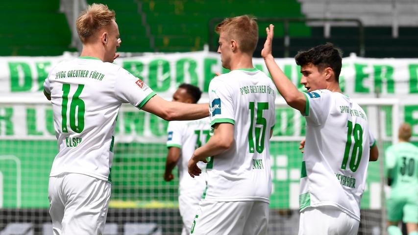 08.05.2021 --- Fussball --- Saison 2019 2020 --- 2. Fussball - Bundesliga --- 31. Spieltag: SpVgg Greuther Fürth ( Kleeblatt ) - Karlsruher SC Karlsruhe KSC --- Foto: Sport-/Pressefoto Wolfgang Zink / WoZi --- DFL REGULATIONS PROHIBIT ANY USE OF PHOTOGRAPHS AS IMAGE SEQUENCES AND/OR QUASI-VIDEO --- Torjubel Jubel Freude nach Treffer Tor Torschuß zum 1:1 durch Havard Nielsen (16, SpVgg Greuther Fürth ) - Havard Nielsen (16, SpVgg Greuther Fürth ) äSebastian Ernst (15, SpVgg Greuther Fürth ) Marco Meyerhöfer Meyerhoefer (18, SpVgg Greuther Fürth )