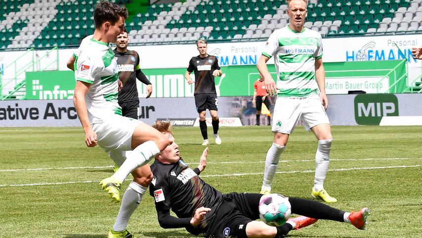 08.05.2021 --- Fussball --- Saison 2019 2020 --- 2. Fussball - Bundesliga --- 31. Spieltag: SpVgg Greuther Fürth ( Kleeblatt ) - Karlsruher SC Karlsruhe KSC --- Foto: Sport-/Pressefoto Wolfgang Zink / WoZi --- DFL REGULATIONS PROHIBIT ANY USE OF PHOTOGRAPHS AS IMAGE SEQUENCES AND/OR QUASI-VIDEO --- Marco Meyerhöfer Meyerhoefer (18, SpVgg Greuther Fürth ) Tim Breithaupt (38, Karlsruher SC KSC )