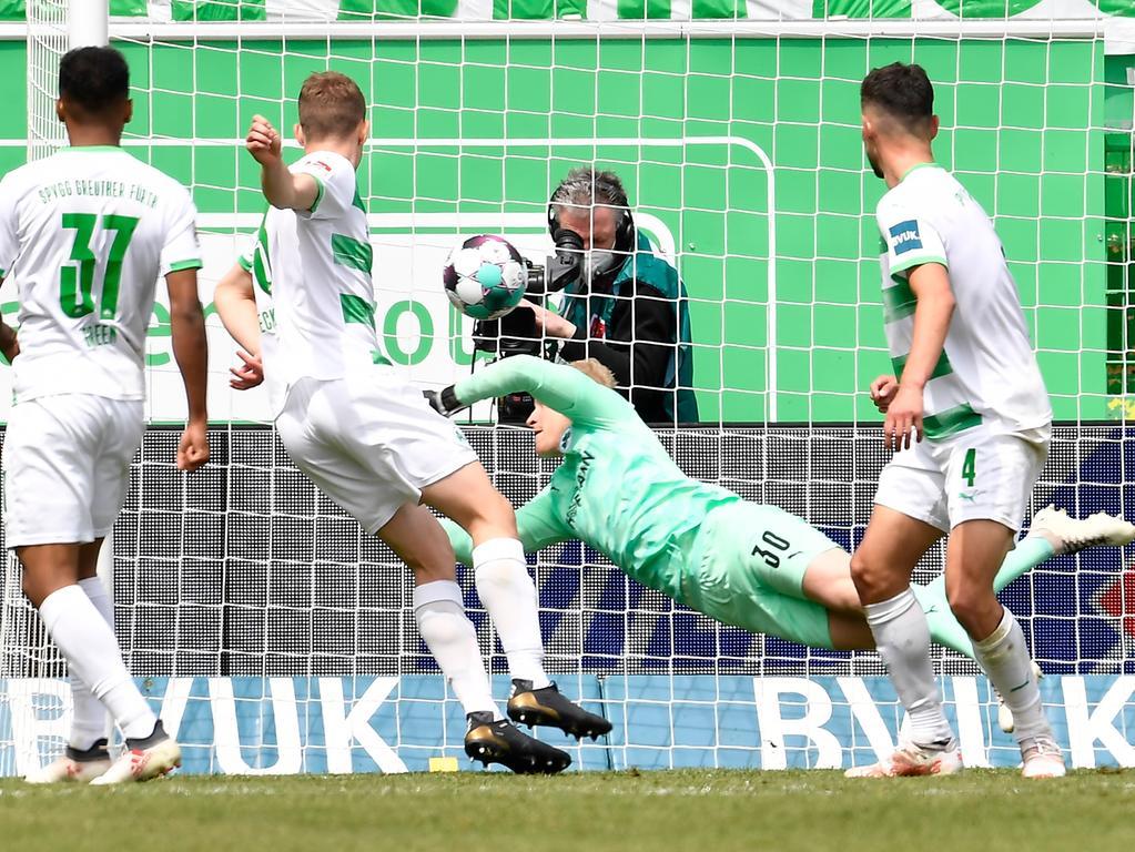08.05.2021 --- Fussball --- Saison 2019 2020 --- 2. Fussball - Bundesliga --- 31. Spieltag: SpVgg Greuther Fürth ( Kleeblatt ) - Karlsruher SC Karlsruhe KSC --- Foto: Sport-/Pressefoto Wolfgang Zink / WoZi --- DFL REGULATIONS PROHIBIT ANY USE OF PHOTOGRAPHS AS IMAGE SEQUENCES AND/OR QUASI-VIDEO --- Sascha Burchert (30, SpVgg Greuther Fürth ) muss Gegentor Tor zum 1:2 durch Marco Thiede (21, Karlsruher SC KSC ) hinnehmen
