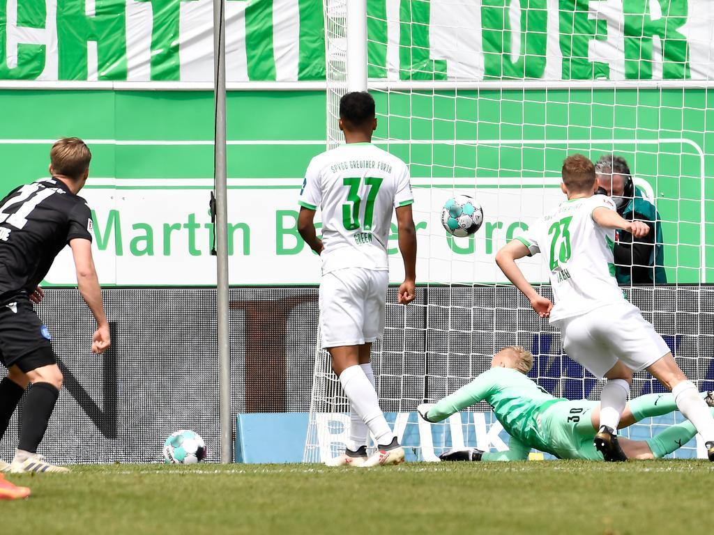 08.05.2021 --- Fussball --- Saison 2019 2020 --- 2. Fussball - Bundesliga --- 31. Spieltag: SpVgg Greuther Fürth ( Kleeblatt ) - Karlsruher SC Karlsruhe KSC --- Foto: Sport-/Pressefoto Wolfgang Zink / WoZi --- DFL REGULATIONS PROHIBIT ANY USE OF PHOTOGRAPHS AS IMAGE SEQUENCES AND/OR QUASI-VIDEO --- Marco Thiede (21, Karlsruher SC KSC ) erzielt Treffer Tor Torschuß zum 1:2 gegen Julian Green (37, SpVgg Greuther Fürth ) Sascha Burchert (30, SpVgg Greuther Fürth ) Paul Jäckel Jaeckel ( 23, SpVgg Greuther Fürth )