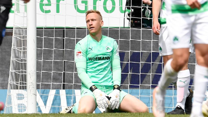 08.05.2021 --- Fussball --- Saison 2019 2020 --- 2. Fussball - Bundesliga --- 31. Spieltag: SpVgg Greuther Fürth ( Kleeblatt ) - Karlsruher SC Karlsruhe KSC --- Foto: Sport-/Pressefoto Wolfgang Zink / WoZi --- DFL REGULATIONS PROHIBIT ANY USE OF PHOTOGRAPHS AS IMAGE SEQUENCES AND/OR QUASI-VIDEO --- Sascha Burchert (30, SpVgg Greuther Fürth ) enttäuscht / Enttäuschung