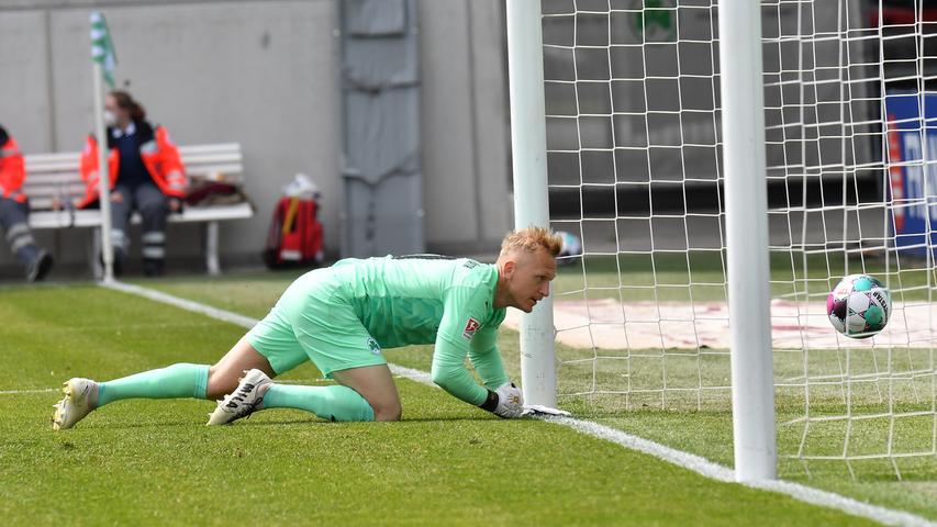 08.05.2021 --- Fussball --- Saison 2019 2020 --- 2. Fussball - Bundesliga --- 31. Spieltag: SpVgg Greuther Fürth ( Kleeblatt ) - Karlsruher SC Karlsruhe KSC --- Foto: Sport-/Pressefoto Wolfgang Zink / MeZi --- DFL REGULATIONS PROHIBIT ANY USE OF PHOTOGRAPHS AS IMAGE SEQUENCES AND/OR QUASI-VIDEO --- Sascha Burchert (30, SpVgg Greuther Fürth ) muss Gegentor Tor zum 1:2 durch Marco Thiede (21, Karlsruher SC KSC , nicht im Bild ) hinnehmen