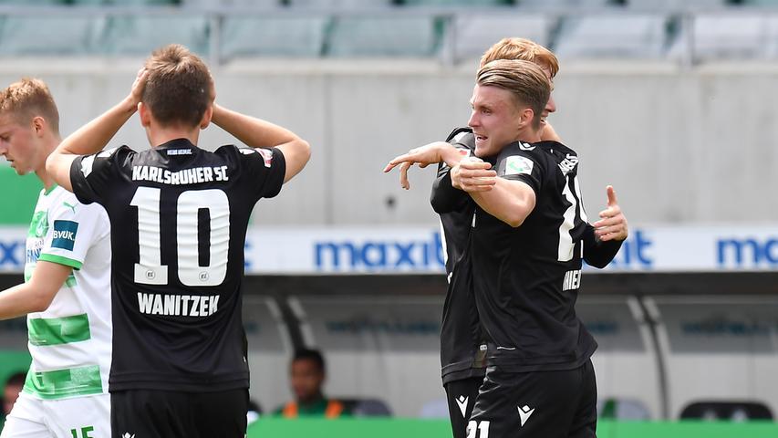 08.05.2021 --- Fussball --- Saison 2019 2020 --- 2. Fussball - Bundesliga --- 31. Spieltag: SpVgg Greuther Fürth ( Kleeblatt ) - Karlsruher SC Karlsruhe KSC --- Foto: Sport-/Pressefoto Wolfgang Zink / MeZi --- DFL REGULATIONS PROHIBIT ANY USE OF PHOTOGRAPHS AS IMAGE SEQUENCES AND/OR QUASI-VIDEO --- Torjubel Jubel Freude nach Treffer Tor Torschuß zum 1:2 durch Marco Thiede (21, Karlsruher SC KSC )