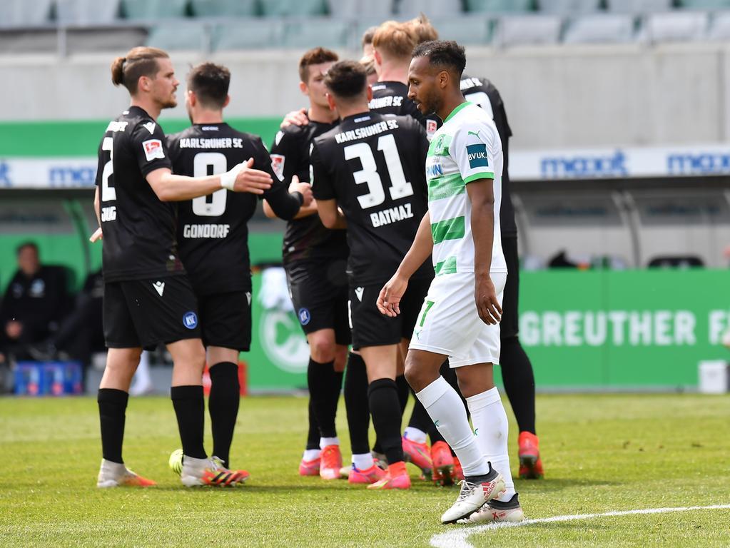 08.05.2021 --- Fussball --- Saison 2019 2020 --- 2. Fussball - Bundesliga --- 31. Spieltag: SpVgg Greuther Fürth ( Kleeblatt ) - Karlsruher SC Karlsruhe KSC --- Foto: Sport-/Pressefoto Wolfgang Zink / MeZi --- DFL REGULATIONS PROHIBIT ANY USE OF PHOTOGRAPHS AS IMAGE SEQUENCES AND/OR QUASI-VIDEO --- Julian Green (37, SpVgg Greuther Fürth ) enttäuscht / Enttäuschung - Torjubel Jubel Freude nach Treffer Tor Torschuß zum 1:2 durch Marco Thiede (21, Karlsruher SC KSC )