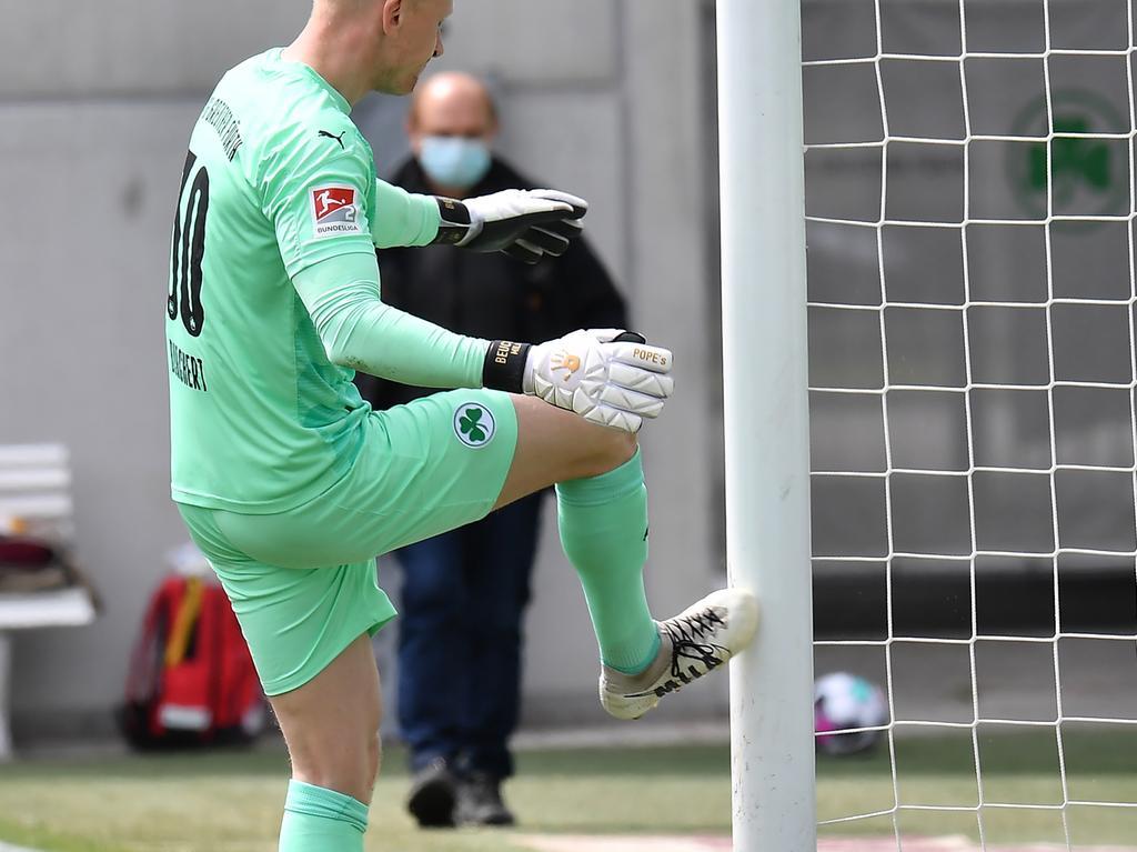08.05.2021 --- Fussball --- Saison 2019 2020 --- 2. Fussball - Bundesliga --- 31. Spieltag: SpVgg Greuther Fürth ( Kleeblatt ) - Karlsruher SC Karlsruhe KSC --- Foto: Sport-/Pressefoto Wolfgang Zink / MeZi --- DFL REGULATIONS PROHIBIT ANY USE OF PHOTOGRAPHS AS IMAGE SEQUENCES AND/OR QUASI-VIDEO --- Sascha Burchert (30, SpVgg Greuther Fürth ) tritt sauer unzufrieden gegen Pfosten