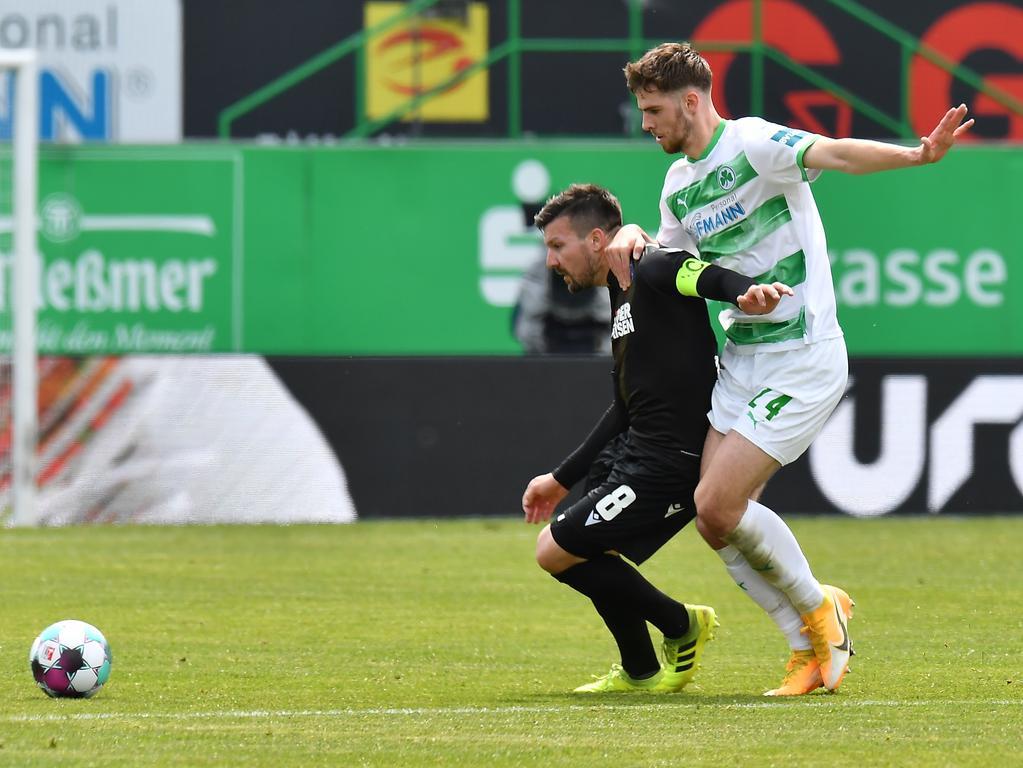 08.05.2021 --- Fussball --- Saison 2019 2020 --- 2. Fussball - Bundesliga --- 31. Spieltag: SpVgg Greuther Fürth ( Kleeblatt ) - Karlsruher SC Karlsruhe KSC --- Foto: Sport-/Pressefoto Wolfgang Zink / MeZi --- DFL REGULATIONS PROHIBIT ANY USE OF PHOTOGRAPHS AS IMAGE SEQUENCES AND/OR QUASI-VIDEO --- Jerome Gondorf (8, Karlsruher SC KSC ) Anton Stach (24, SpVgg Greuther Fürth )