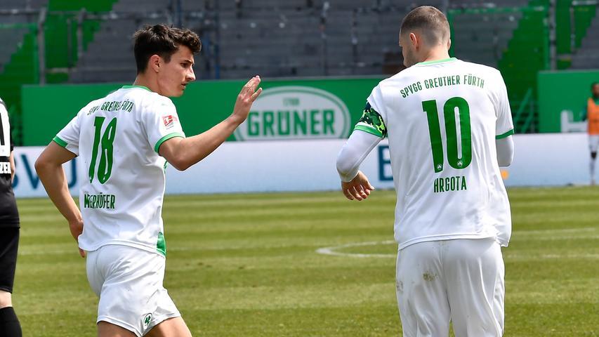 08.05.2021 --- Fussball --- Saison 2019 2020 --- 2. Fussball - Bundesliga --- 31. Spieltag: SpVgg Greuther Fürth ( Kleeblatt ) - Karlsruher SC Karlsruhe KSC --- Foto: Sport-/Pressefoto Wolfgang Zink / WoZi --- DFL REGULATIONS PROHIBIT ANY USE OF PHOTOGRAPHS AS IMAGE SEQUENCES AND/OR QUASI-VIDEO --- Torjubel Jubel Freude nach Treffer Tor Torschuß zum 2:2 durch Branimir Hrgota (10. SpVgg Greuther Fürth ) - Marco Meyerhöfer Meyerhoefer (18, SpVgg Greuther Fürth ) Branimir Hrgota (10. SpVgg Greuther Fürth )