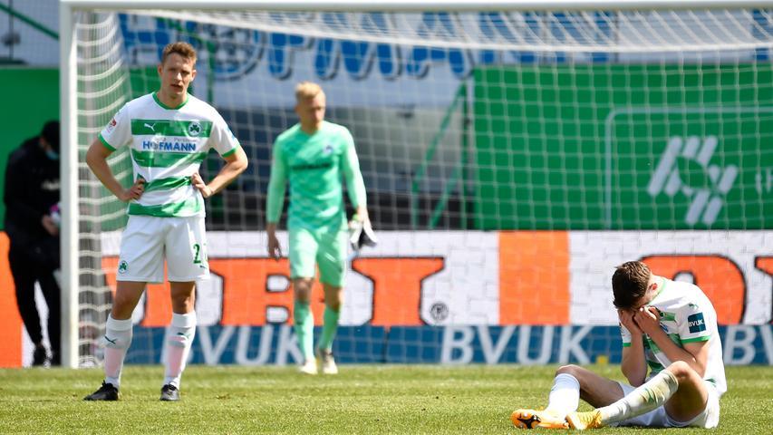 08.05.2021 --- Fussball --- Saison 2019 2020 --- 2. Fussball - Bundesliga --- 31. Spieltag: SpVgg Greuther Fürth ( Kleeblatt ) - Karlsruher SC Karlsruhe KSC --- Foto: Sport-/Pressefoto Wolfgang Zink / WoZi --- DFL REGULATIONS PROHIBIT ANY USE OF PHOTOGRAPHS AS IMAGE SEQUENCES AND/OR QUASI-VIDEO --- Paul Jäckel Jaeckel ( 23, SpVgg Greuther Fürth ) Anton Stach (24, SpVgg Greuther Fürth ) enttäuscht / Enttäuschung nach Spielende