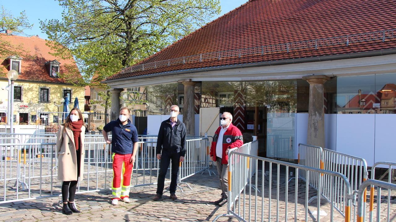 Oberbürgermeister Uwe Kirschstein eröffnete zusammen mit Citymanagerin Elena Büttner sowie Lukas Hänsch vom ASB und Raimund Schulik vom BRK die neue Teststation in der Alten Wache.
