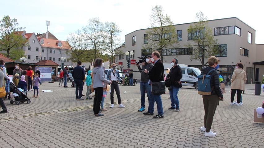 Kundgebung der Initiative Familie auf dem Paradeplatz in Forchheim. Zahlreiche Eltern demonstrieren für eine Öffnung der Schulen und machen auf Probleme des Homeschoolings aufmerksam. Foto: Jana Schneeberg 08.05.2021