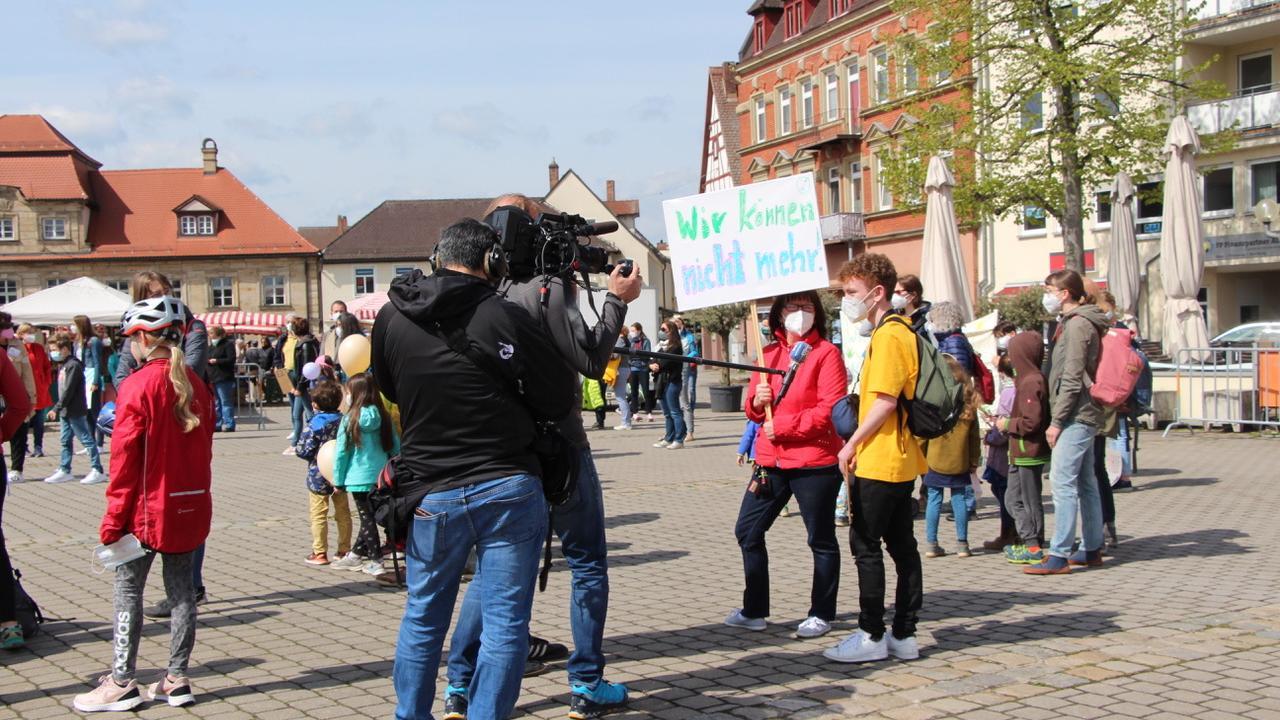 Mit Plakaten und Transparenten machten Familien auf dem Forchheimer Paradeplatz ihre Kritik deutlich. Darunter waren auch Marianne Bogner und ihr Sohn Lukas aus Bieberbach.