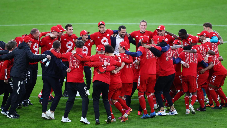 Die Meisterschaft stand schon vorher fest, nach dem 6:0 gegen Gladbach konnten die Bayern dann aber so richtig feiern.