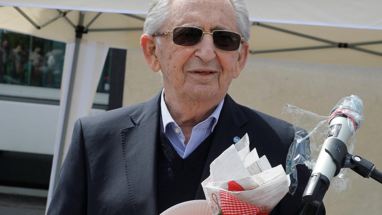 Abba Naor will mit seiner erschütternden Lebensgeschichte vor allem junge Leute ansprechen und für die Gefahren von Rassismus und Antisemitismus sensibilisieren. Mit einem Geschenkkorb bedankten sich die Nürnberger für seinen unermüdlichen Einsatz.