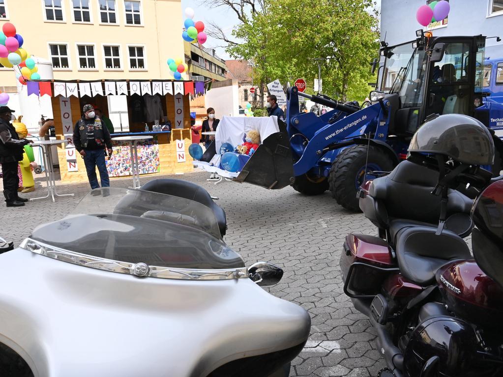 Der traditionelle Toy Run zur Kinderklinik fand coronabedingt ausschließlich im Wirtschaftshof der Klinik statt. Es durften jeweils nur zwei Motorräder hinein fahren, um die Spenden abzugeben..Foto: Klaus-Dieter Schreiter