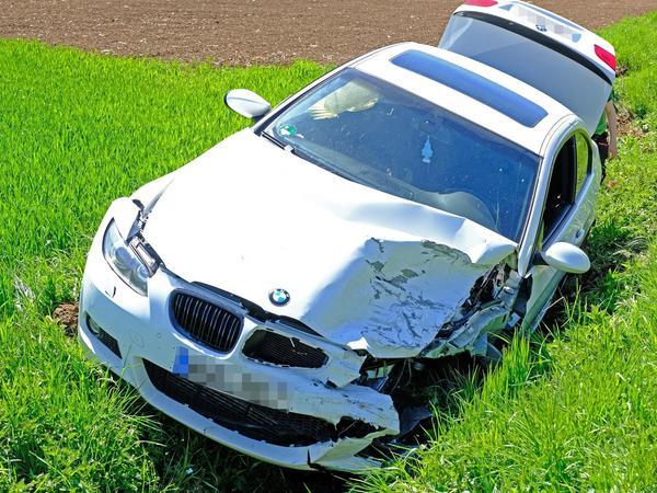 Weil er das Bremsmanöver des Vordermanns zu spät realisierte, fuhr ein Treuchtlinger mit seinem Pkw auf. Der Wagen landete im Straßengraben.