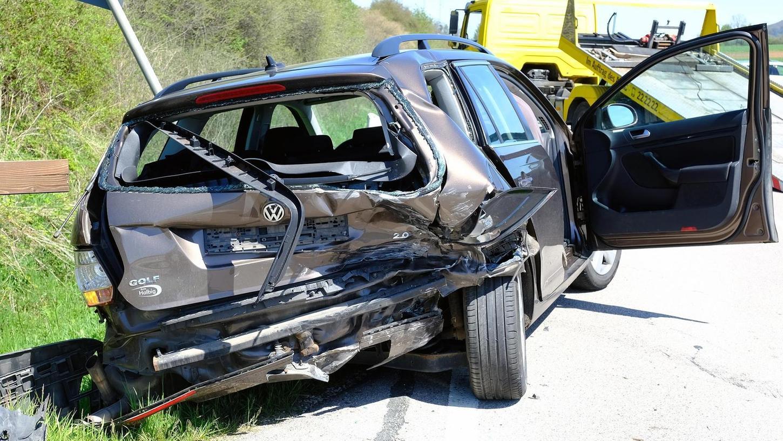Massiv in Mitleidenschaft gezogen wurde der Wagen der Familie aus dem Landkreis Ansbach bei dem Unfall. Drei Personen mussten isn Krankenhaus gebracht werden.
