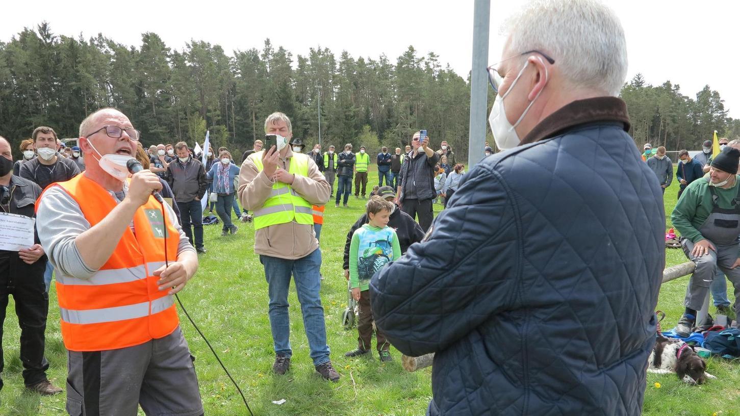 MdB Auernhammer (rechts) stellte sich nach der CSU-Versammlung den Kritikern, doch als Alf Schmidt, Landwirt aus Thüringen, das Mikrofon ergriff und schärfsteWorte fand, war es mit der Kommunikation vorbei.