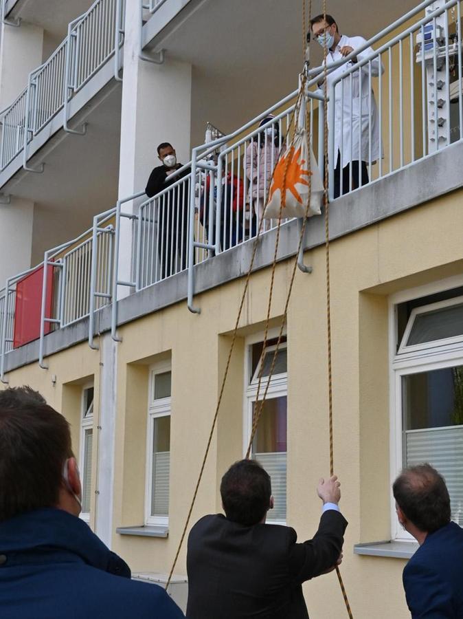 Das Technische Hilfswerk leistete technische Unterstützung, damit Erlangens Oberbürgermeister Florian Janik Geschenke an die Klinik-Leitung übergeben konnte.