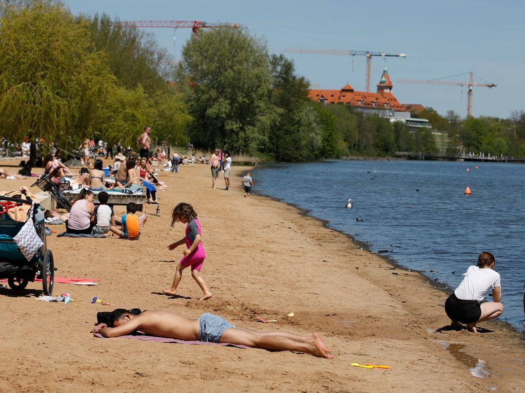 Nürnberg , am  09.05.2021 Ressort: Lokales Foto: Stefan Hippel  Am Wöhrder See, Sommerlicher Muttertags-Sonntag, treibt die Nürnberger ins Freie um die Sonne zu genießen.