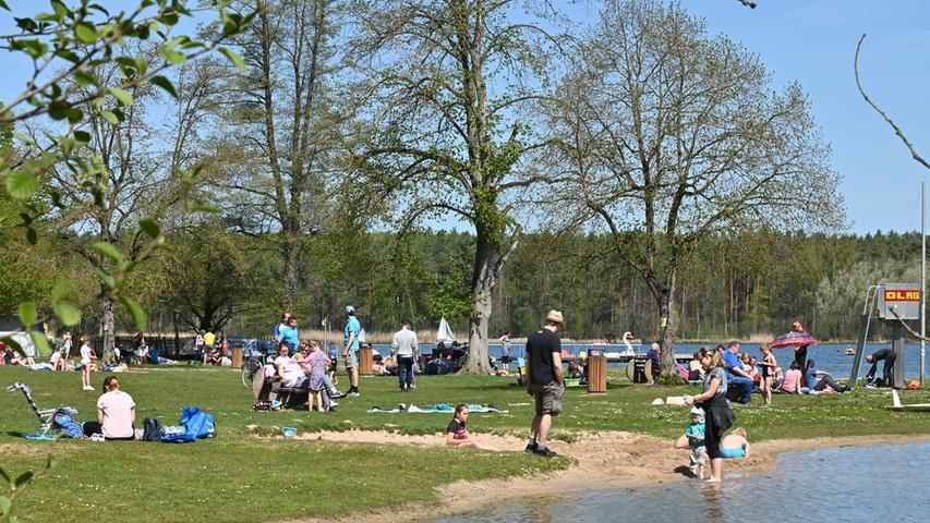 """Die Bade-Saison 2021 ist eröffnet: Zumindest am Dechsendorfer Weiher in Erlangen. Das wunderbare Wetter am """"Muttertag"""" lockte unzählige Menschen in die Natur. Voll waren die Parkplätze auch am Tennenloher Forst. Dort pilgerten viele, viele Menschen zu den Wildpferden."""