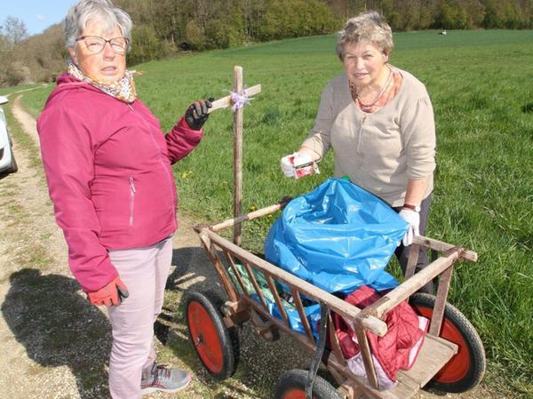 Regen sich vor allem über die Hinterlassenschaften von Rauchern auf: Lore Glungler und Renate Früh, als sie sich mit Leiterwagen von Dietfurt auf zum Burgstall machen.