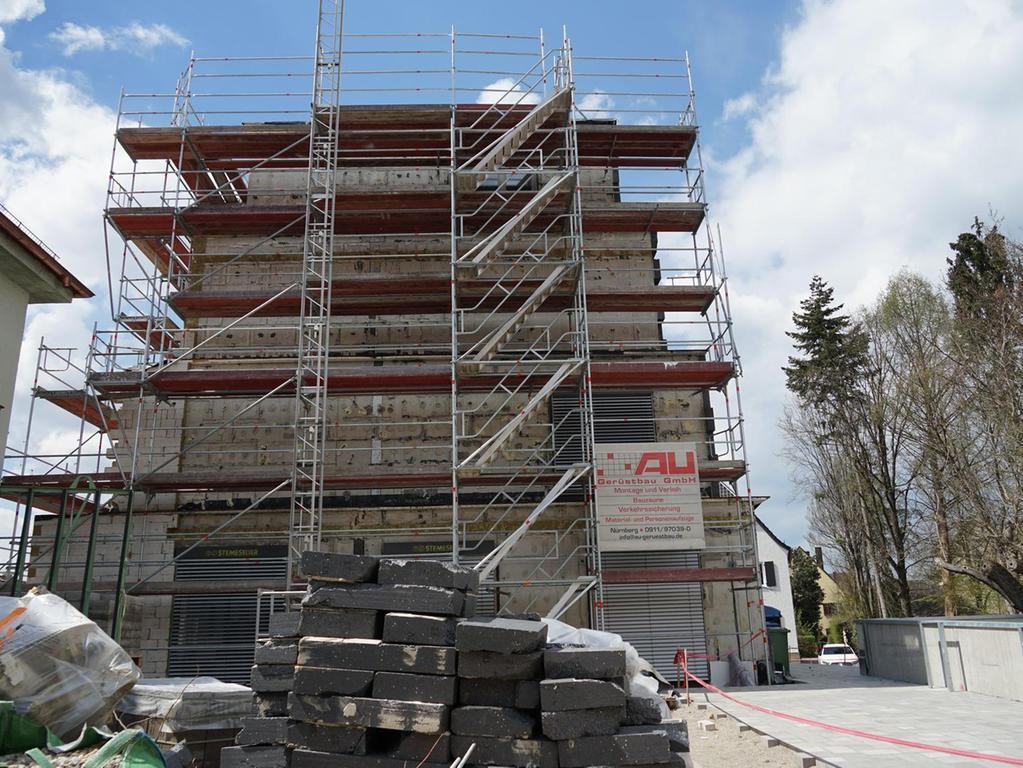 Die Pyramide war bereits fix und fertig gedämmt. Dann stellte sich heraus, dass die Dämmung aus Sicht des Bauträgers Mängel hatte, also wurde sie wieder abgenommen. Daher ist nun wieder der Beton zu sehen.