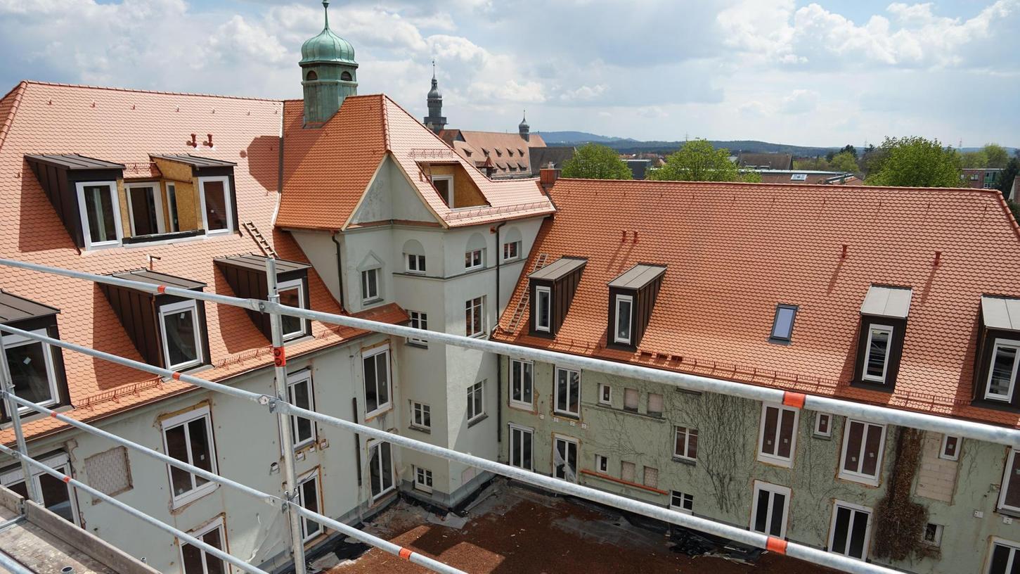 Der Blick von der Pyramide in den Innenhof der ehemaligen Landwirtschaftsschule. Dahinter ist der Turm des Herder-Gymnasiums zu erkennen.
