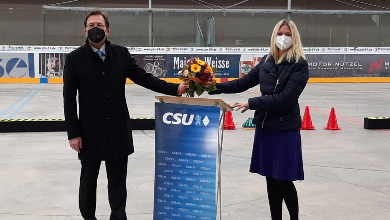 Die CSU-Bundestagsabgeordnete Silke Launert tritt für die Wahl am 26. September offiziell wieder an. Unser Bild zeigt die Bayreuther Wahlkreisabgeordnete zusammen mit dem Vorsitzenden der Bundeswahlkreiskonferenz Franc Dierl. Auf Launert entfielen 95,4 Prozent der abgegebenen Stimmen.