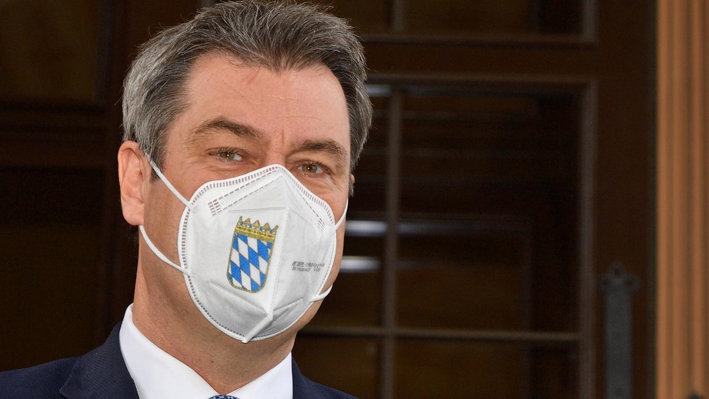 CSU-Chef Söder kündigte am Donnerstag an, dass die Pflicht zum Tragen von FFP2-Masken in Bayern schon bald fallen könnte. Dafür sollen medizinische Masken gleichgestellt werden.