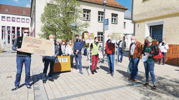 Rund 80 Menschen protestierten auf dem Schnaittacher Marktplatz gegen das geplante Gewerbegebiet Hormersdorf.