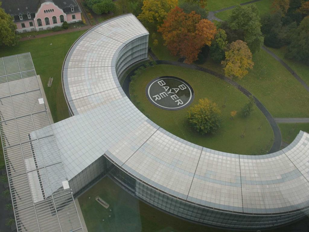 Die neue Konzernzentrale der Bayer AG, aufgenommen am Dienstag (22.10.2002) in Leverkusen vom Obergeschoss der alten Zentrale. In dem vom deutschen Architekten Helmut Jahn entworfenen viergeschossigen Gebäude aus 800 Tonnen Stahl befinden sich 200 Büroräume. Bayer investierte rund 50 Millionen Euro in das Bauprojekt. Der Vorstandsvorsitzende Werner Wenning eröffnete das Gebäude. dpa/lnw (Aufnahme durch eine Glasscheibe) +++ dpa-Bildfunk +++