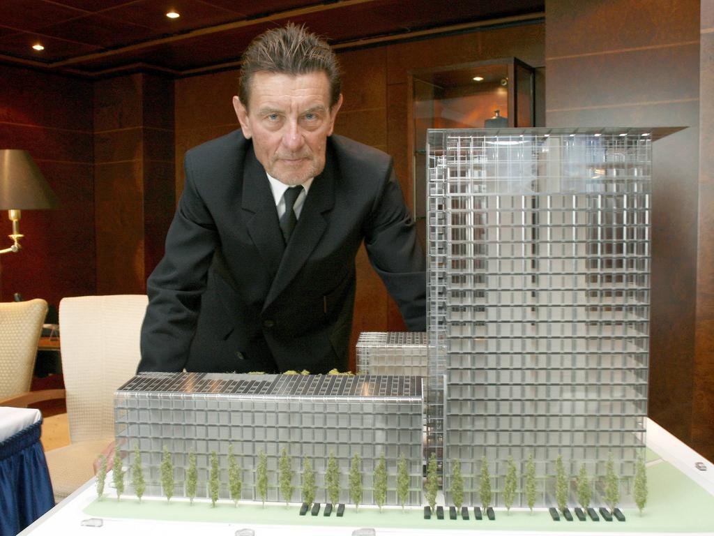 Architekt Helmut Jahn GER vor dem Modell des Skyline Tower München in München