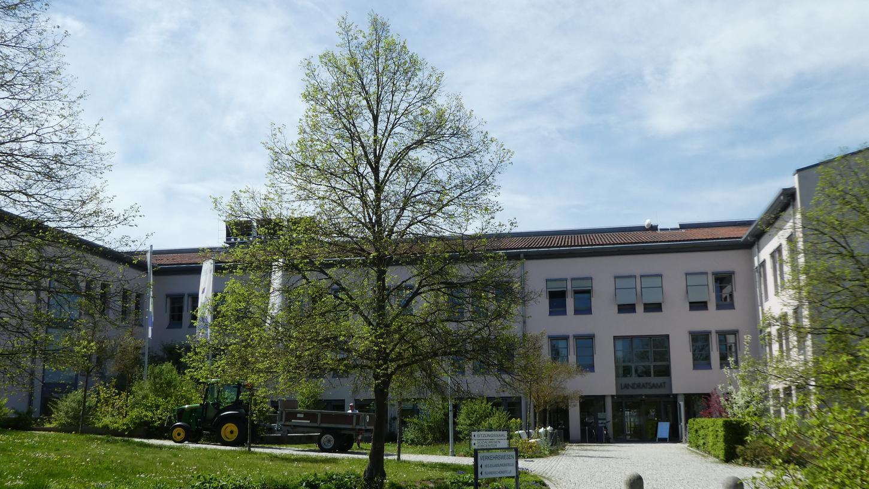 Im Mai 2019 wurde das 30-jährige Bestehen des Landratsamtes auf dem Buchberg gefeiert. Jetzt soll saniert und erweitert werden, was die Landtagsabgeordnete und Kreisrätin Gabi Schmidt kritisch betrachtet.  Foto: o.n.