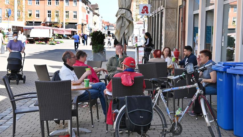 Ab 10. Mai gelten in Erlangen Lockerungen der Corona-Regeln im Bereich der Gastronomie, der Kultur und im Sport. Bei sommerlichen Temperaturen zog es ab Mittag die ersten Menschen in die Straßencafés und Biergärten.