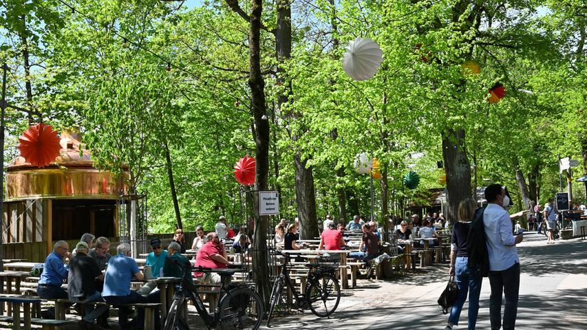 Seit 10. Mai hat die Außengastronomie in Erlangen wieder geöffnet. Der ausschlaggebende Faktor ist ein stabiler Inzidenz-Wert unter 100. Bereits mittags strömten die Bierfreunde zum Entlas Keller.