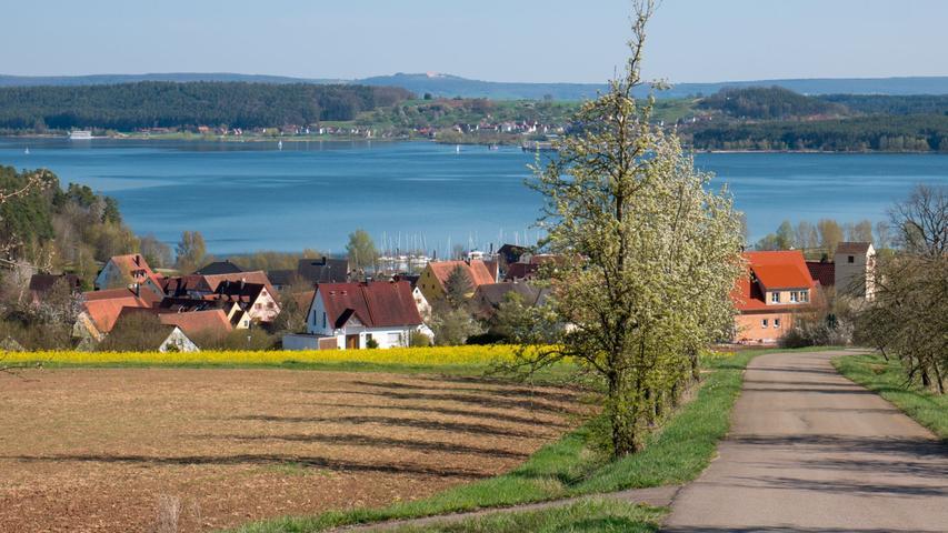 Immer wieder ein schöner Blick hinunter auf Enderndorf, den Großen Brombachsee, hinüber nach Ramsberg, und ganz im Hintergrund auf der Anhöhe erkennt man auch die Wülzburg bei Weißenburg