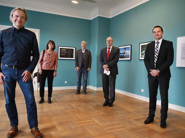 Zur Eröffnung der Ausstellung von Matthias Kronau (l., begleitet von seiner Frau Claudia Ortner-Kronau) hatten sich auch (v. l.) Museumschef Herbert Kurz, Sparkassen-Vorstandschef Johannes von Hebel und Benjamin Mair von der Sparkassen-Stabsstelle eingefunden.