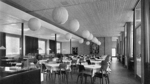 Schick der Wirtschaftswunderzeit: Hell, weit und freundlich empfing der große Gastraum des Stadtparkrestaurants bei der Neueinweihung 1957 die Besucherinnen und Besucher.