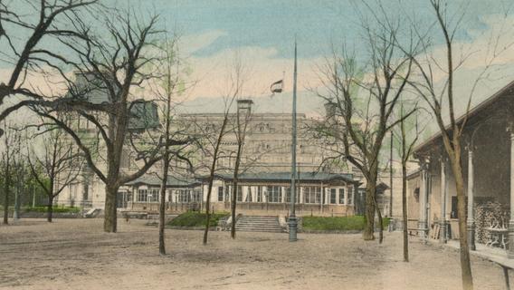 Auch ohne üppige Blätterpracht ein Genuss: Südfassade der Stadtpark-Restauration mit Gartenhalle (rechts) und Biergarten, um 1910.