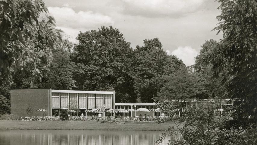 Die filigrane Architektur des neuen Stadtparkrestaurants wirkt auf dieser Ansichtskarte von 1961 wie die ideale Szenerie für einen Schlagerfilm.
