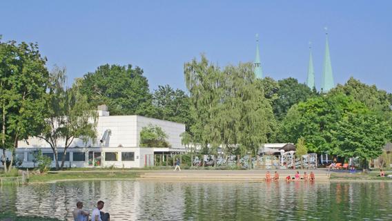 """Nach dem letzten Umbau 1968 bis 1970 zeigt sich das Stadtparkrestaurant heute als """"White Cube"""" mit durchaus reizvollen Details im Grün der Parklandschaft."""