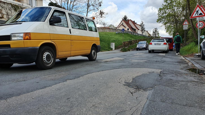 Dieses Stück Vacher Straße soll mit Hilfe eines Dünnschichtbelags geglättet werden. Die eigentliche Instandsetzung steht erst in ein paar Jahren an.
