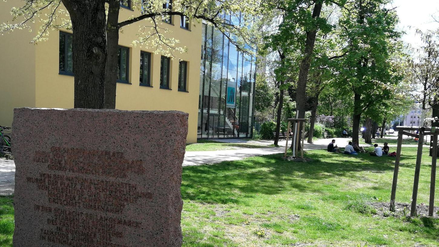 Insgesamt zwei Gedenksteine erinnern auf dem Langemarckplatz an die blutige Schlacht im Ersten Weltkrieg.