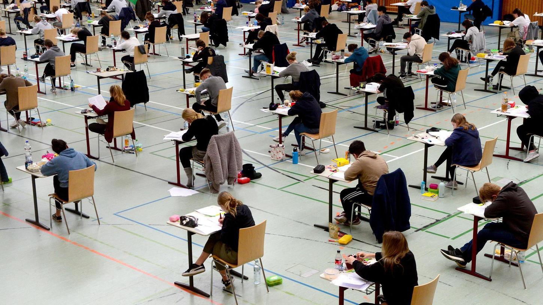 2019 konnten die Schüler Ihre Prüfungen noch in der Turnhalle schreiben, wie hier am Helene-Lange-Gymnasium. Jetzt werden sie auf Klassenzimmer aufgeteilt.